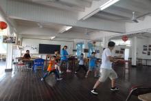 志愿者们教中华会馆小朋友们打太极拳