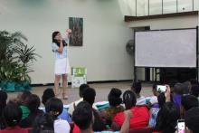 志愿者教师张银璐演唱中国歌曲