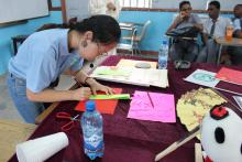 Volunteer teacher Yan Jing performances paper cutting