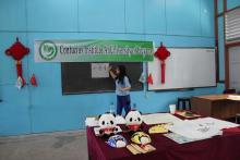 志愿者教师张银璐展示书法